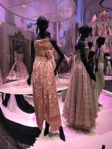 Durch die unterschiedliche Beleuchtung haben sich die Kleider auch verändert und haben in einem anderen Licht noch andere Aspekte gezeigt.