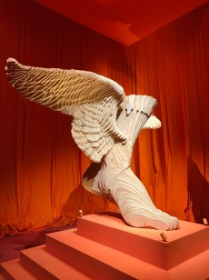 "Am Eingang der Ausstellung sah man zunächst ""Partir d'un pied léger"". Ein Kunstwerk vom Künstler Christian Renonciat."