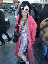 Sie war selbst eine Journalistin, aber ich fand ihren Look einfach toll und habe sie gefragt, ob ich sie für meinen Artikel fotografieren dürfte. Sie war einverstanden. :)